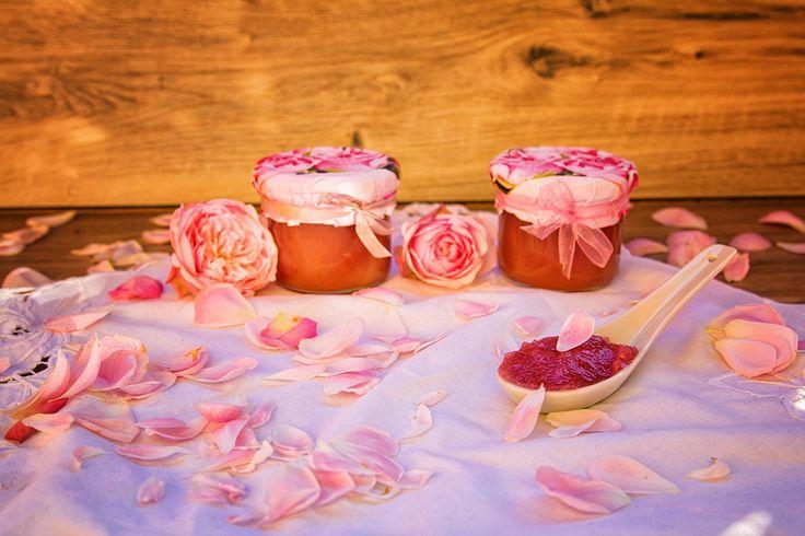 Rosen - schön im Anblick, herrlich am Gaumen. Mit diesem Rosenmus habe ich versucht, die Sinnlichkeit und die poetische Raffinesse dieser schönen Blumen einzufangen. Für jeden der Rosen liebt - ein extravagantes MUSTHAVE in der Küche.