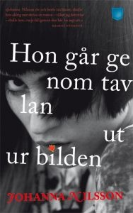 http://www.adlibris.com/se/product.aspx?isbn=9186675435 | Titel: Hon går genom tavlan ut ur bilden - Författare: Johanna Nilsson - ISBN: 9186675435 - Pris: 44 kr