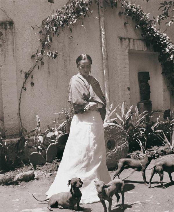 Frida Kahlo no jardim da Casa Azul. Foto: Gisèle Freund.
