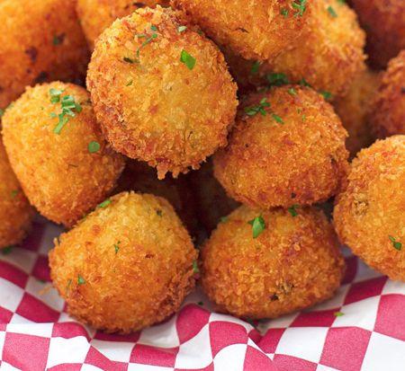 Aperitivul perfect la orice ocazie sunt delicioasele Chiftelute cu cartofi si branza. Se prepara foarte usor si au o aroma deosebita datorita condimentelor folosite in compozitia acestora. Ingrediente Chiftelute cu cartofi si branza: Piureul de cartofi: 400 grame cartofi 60 grame unt gras 100 ml lapte cald Sare Chiftelute: 1