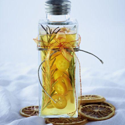 Orangenessig Zutaten für 1/2 l Flasche,      1   unbehandelte Orange  ,     100 g   Kumquats  ,     3   Zweige Rosmarin  ,     60 g   Zucker  ,     1/2 l   Obstessig oder ,Apfelessig  ,