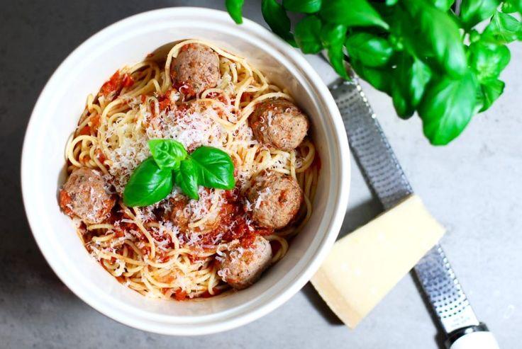 Köttbullar med tomatsås & spaghetti