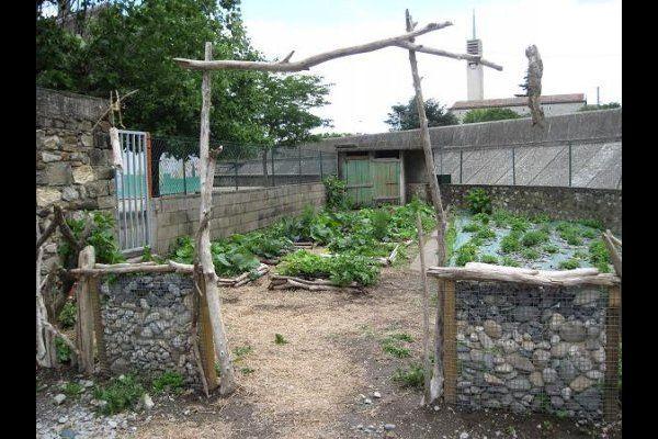 Porte du jardin le pouzin maternelle gabion de galets bois for Barriere bois flotte