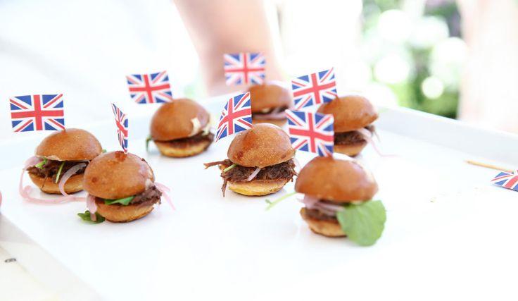 Hamburgers met een Brits tintje - Victoria Beckham lanceert haar nieuwe lijn voor Target met Jessica Alba en Zoe Saldana