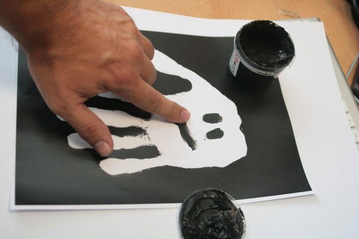 Je dessine mes fantômes…  Appliquez de la peinture à doigt blanche sur l'intérieur de votre main, posez votre main à plat sur une feuille de papier noir...