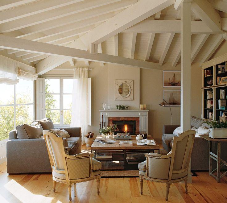 Combinar estilos  Una estantería repleta de libros, el fuego de la chimenea y, alrededor de ella, muebles de distintos estilos: sofás actual...