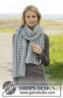 """Gehaakte DROPS sjaal met kantpatroon en stokjes van """"Merino Extra Fine"""". ~ DROPS Design"""