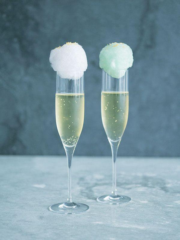 綿菓子(市販品でOK)を小さくちぎって、フルートグラスにのせたら、まるで雲の帽子! 飲むときはトッピングシュガーごとグラスに落として。ドリンクに甘みも加わり◎!