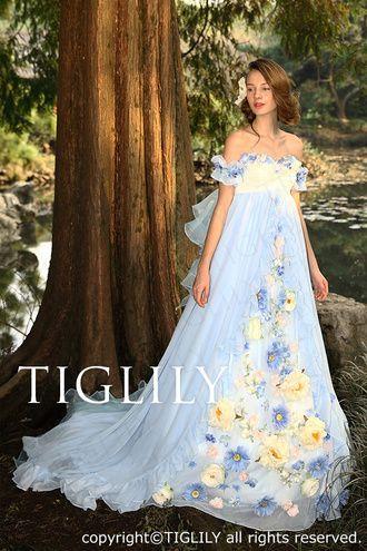柔らかいボブ風アップスタイルにドレスに合わせて大ぶりのお花をつけて 〜エンパイアドレスに似合う髪型のアップ・ロング参考〜