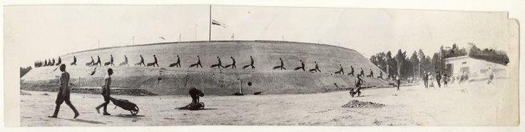 """Sypanie kopca imienia Józefa Piłsudskiego, fot. A. F. """"Światowid"""", ok. 1935."""