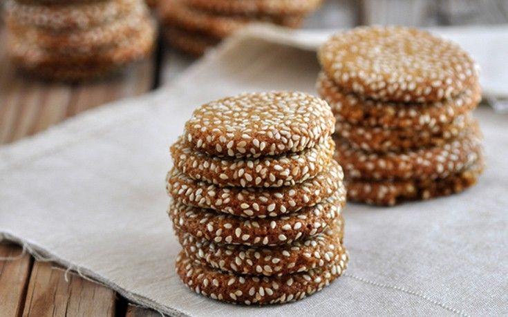 Συνταγή για να φτιάξετε υπέροχα και μυρωδάτα μπισκότα με ταχίνι που θα συνοδεύσουν τον καφέ σας και όχι μόνο! Εκτέλεση Προθερμάνετε το φούρνο στους 175 βαθμούς. Απλώνετε 2 φύλλα λαδόκολλας σε δύο ταψιά. Στο κάδο του μίξερ ρίχνετε το αλεύρι για όλες τις χρήσεις, αλεύρι ολικής άλεσης, τα αλεσμένα αμύγδαλα, το βούτυρο, τη ζάχαρη, τη …