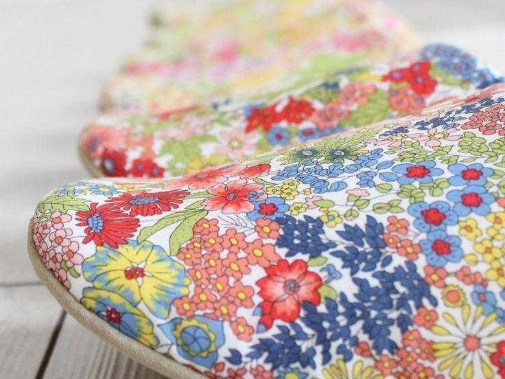 LIBERTY PRINT リバティプリント スリッパ02 【マーガレット・アニー】 リバティプリント「マーガレット・アニー 」は夏の庭園に咲き誇る花々を1つのデザインにまとめたもの。 伝統的な花の実物をもとに描かれたリバティプリントです。 テキスタイル全面に色んな種類の花々が並んでいて、ぱっと明るいデザインは気分をとってもハッピーにしてくれます♪ このリバティプリント「マーガレット・アニー 」を見かけたことある! なんて方もいると思います♪夏の日差しが強い太陽の下で花々が咲き乱れているフローレットロンドンオススメのテキスタイルです。 テキスタイル全面にぎゅっとお花が詰まっていて華やかでありながら、どこかエレガントな雰囲気も漂わせているのがリバティプリント「マーガレット・アニー 」の良いところ。 シンプルなお洋服のアクセントにもなるソフトスリッパです♪