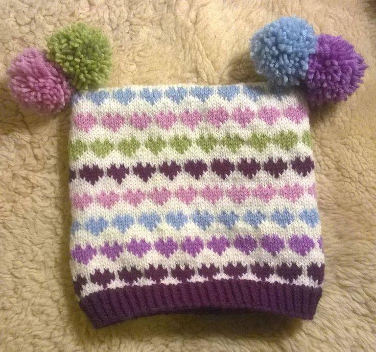 Ble veldig inspirert av ett hjertemønster på en genser jeg fant i Hjemmet i høst. Snuppa trengte ny lue og det var ønsker om pomponger i top...