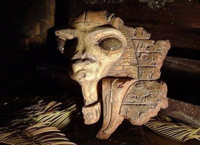 Máscara encontrada en una tumba en  Giza, Egipto; se puede apreciar claramente un OVNI  Leer más: http://el-libertario.webnode.es/nuestros-antiguos-instructores/