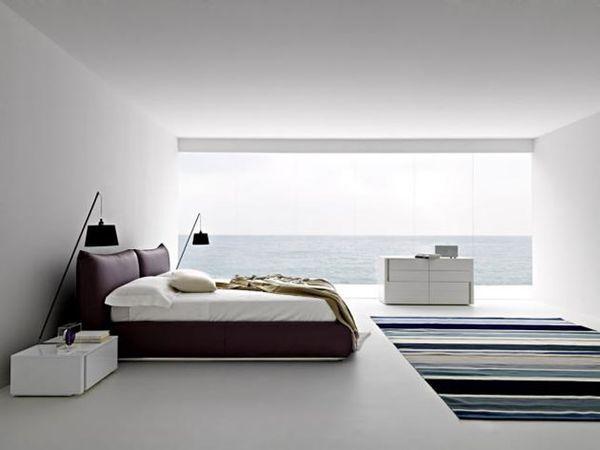 Biała sypialnia zwiśniowym łóżkiem