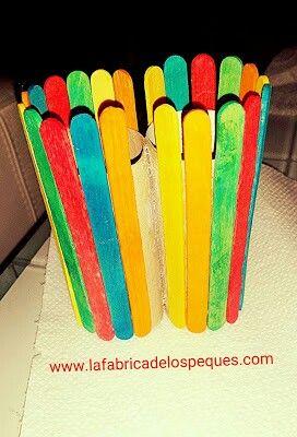 """¡Hola a tod@s!   Hoy os presentamos una manualidad sencilla, para hacer con los peques: un bote de lápices doble, con palitos de helado y rotuladores """"superwashables"""". http://www.lafabricadelospeques.com/2015/08/bote-lapices-palitos-helado.html"""