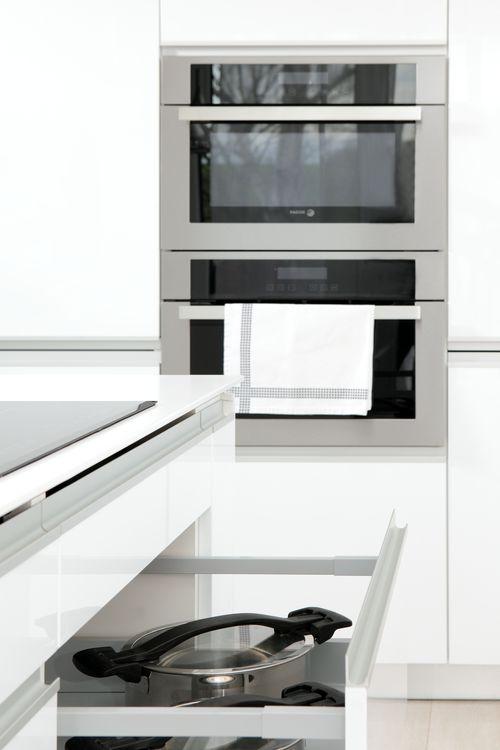 Efektivita využitého prostoru - to jsou IQ Kuchyně. Mluvíme nejen o téměř neviditelných a přitom prostorných zásuvkách, v kterých skryjete vše, co je potřeba, ale také o vestavěných spotřebičích. Ty jsou nedocenitelným prvkem malých a čím dál tím více i rozměrově větších kuchyní. Využité místo - dvojnásobná radost!