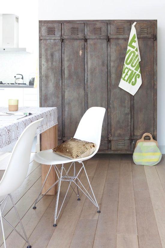 armadietto metallo + sedie Eames + cuscino oro