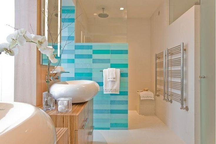 revêtement mural salle de bains en tuiles bleues décoratives