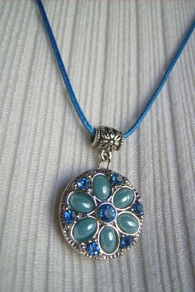 Kék köves, virág mintájú, medálos nyaklánc. A nyaklánc hossza: 45 cm. + 5 cm. A medál mérete: 33 x 21 mm. 379.-Ft.