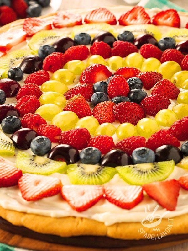 Un arcobaleno di colori su una base di squisita frolla: ecco la Crostata di crema alla frutta, un classico della molto versatile, che piace sempre a tutti.