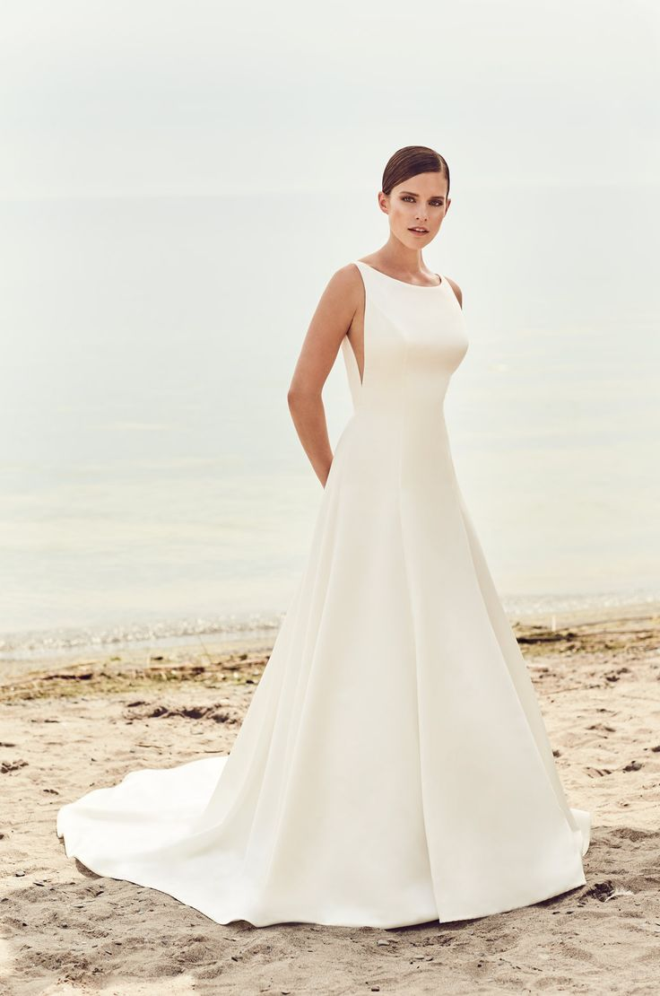 Fitted hip crinoline wedding dress