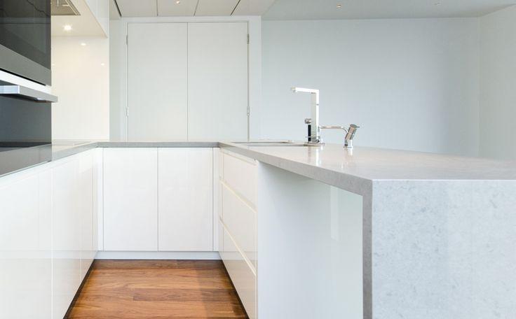 Witte graniet in de keuken - keukenwerkblad graniet - mooie strakke keuken - heel helder en open door de kleuren terwijl het toch een kleine keuken is vind de opstelling oook erg handig