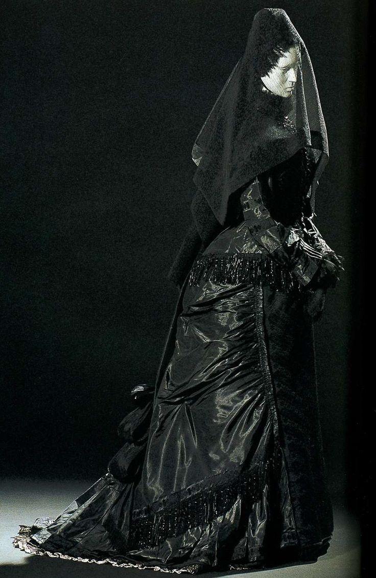 Траурное платье. Около 1875. Черная шелковая тафта, комплект из корсажа и юбки, декорированных бахромой из блестящих черных бусин.
