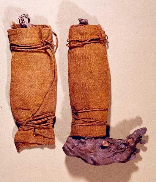 Ældre jernalders dragter (500 f.v.t. - 400 e.v.t.).  Danmark besidder en enestående samling af dragter fra ældre jernalder, der hovedsagelig er fundet i de jyske tørvemoser. Dragterne består af en lang række beklædningsgenstande og forskelligt tilbehør fremstillet af tekstil og skind.  Et gennemgående træk ved dragter i tekstil fra ældre jernalder er, at de stort set er færdiggjort på væven. Kun mindre forandringer blev tilføjet, efter at stoffet var taget af væven, ligesom i den…