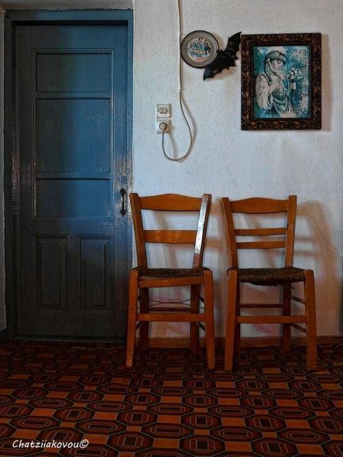 μια πόρτα, δυο καρέκλες, ένα κάδρο, ένα πιάτο (Κρήτη), ένα καλώδιο, μια πρίζα, ένα πάτωμα άλλο πράγμα και ….μια νυχτερίδα ~ καφενείο στα Κοντακαίικα Σάμου ~ Αχ Ελλάδα Σ'αγαπώ…  a door, two chairs, a frame, a dish of Crete on the wall, a cable, a...