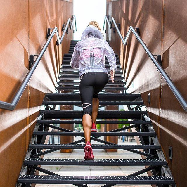 Po prostu idź i zrób trening.. Bez zbędnej analizy ..Bez wyliczania w głowie za i przeciw .. Dobrze wiesz, ze wyjdzie Ci to na zdrowie, a zdorwie bezpośrednio wpływa na jakość Twojego życia 💪💪 Ile Ci to zajmie ? 30 minut dziennie ... A pomyślałaś ile czasu zajmie Ci grzanie miejsca w przychodni do lekarza ?  Zastanów sie ❤️❤️ #training #strength #power #jump #workout #fit #fitness