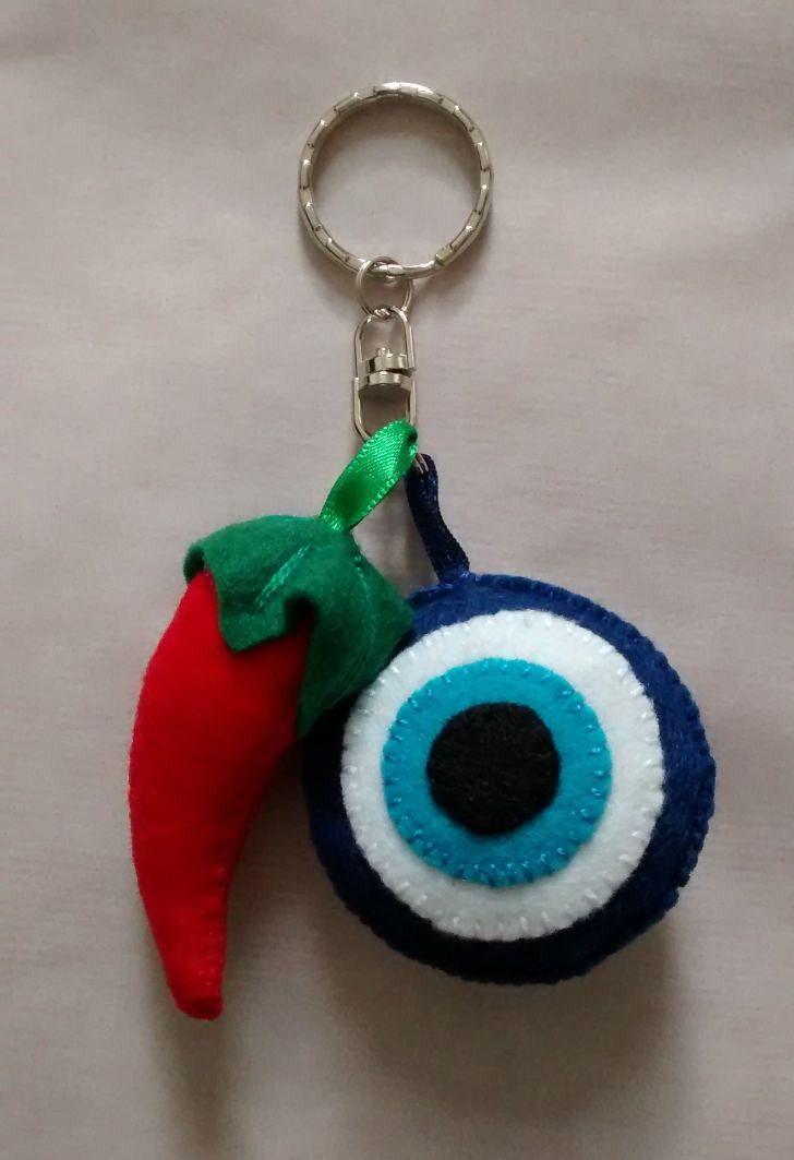 Chaveiro Pimenta cor vermelho e Olho Grego cores branco azul e preto - altura: 5cm cada.