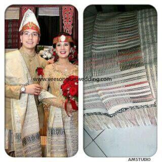 Astrid Tiar - Artist Indonesia  Inspirasi busana pengantin Batak mengenakan Songket Tarutung Pucca Putih Details Hub. Tlp/SMS/WA : 081294422133