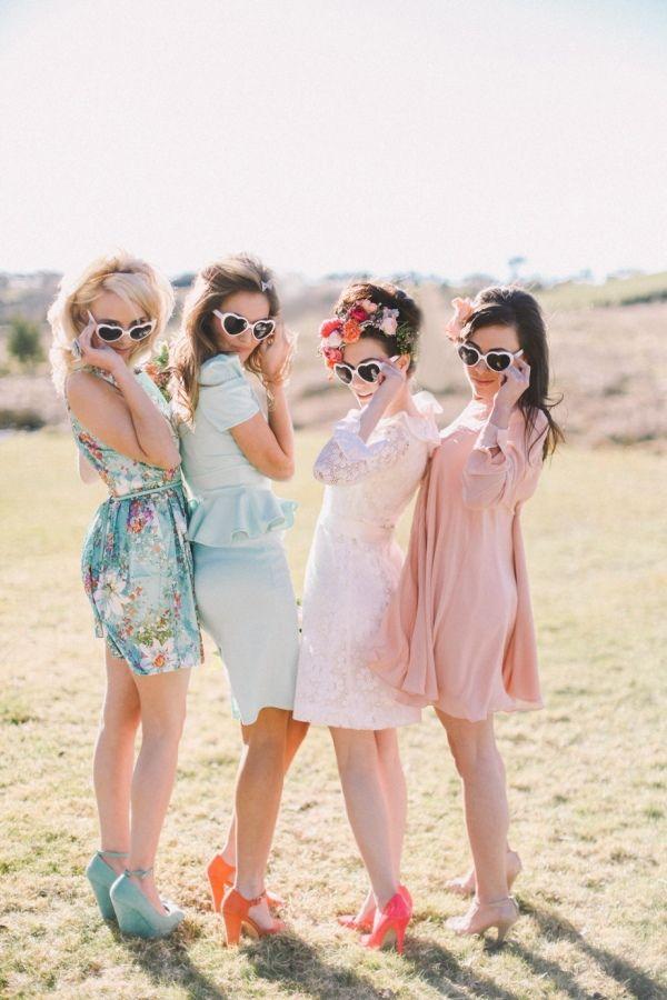 Las damas de honor coqueteando   Divertidas Ideas para Fotos de Boda Originales   El Blog de una Novia