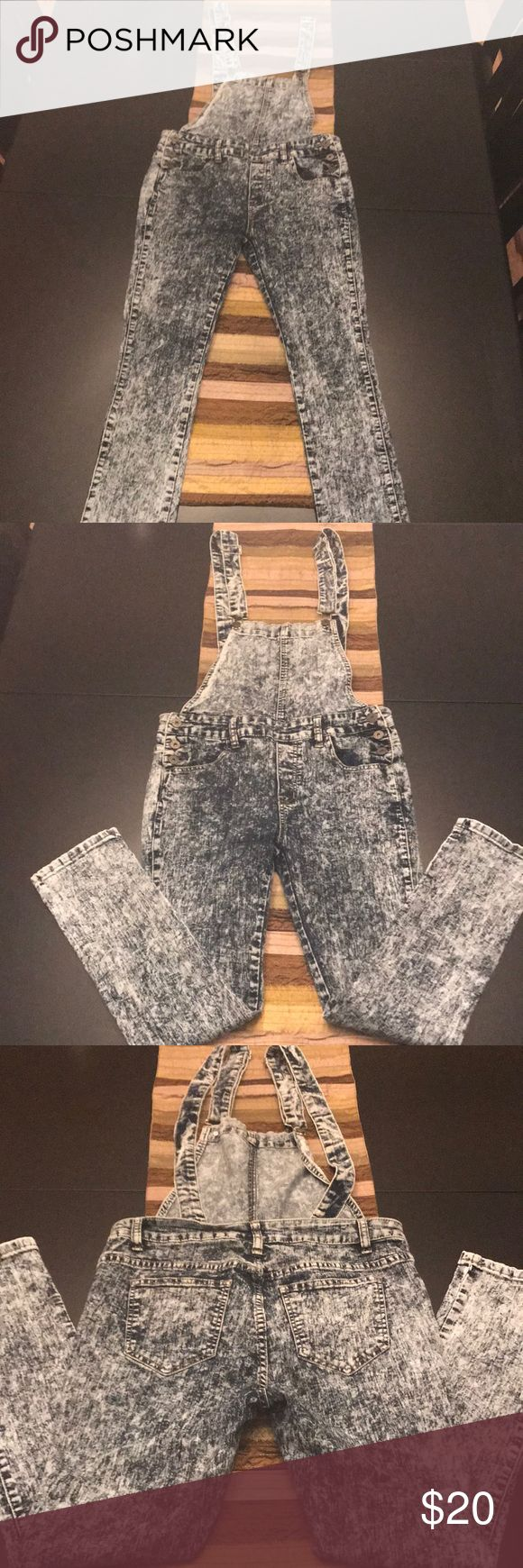 ♦️5 for 25 ♦️Acid Wash Skinny Jean Overalls Gently loved overalls size large. Purchased at Love Culture Love Culture Jeans Overalls