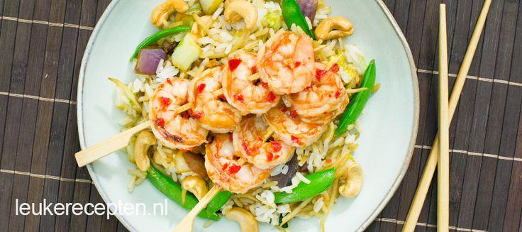 Garnalen gemarineerd in een oosterse marinade geserveerd met rijst en roerbakgroenten