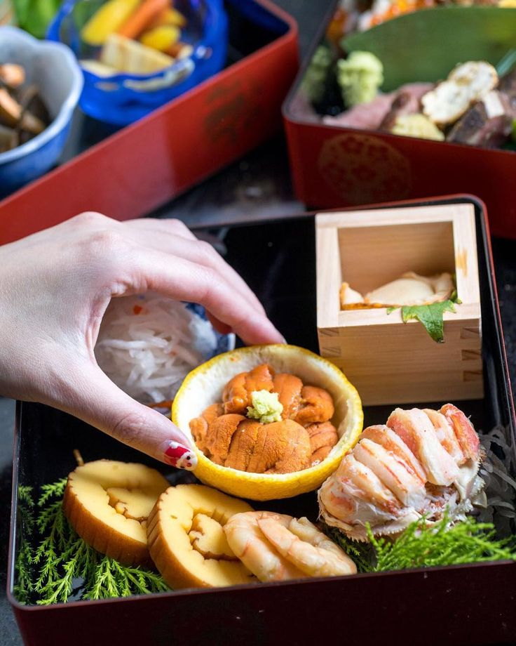 """You can find Osechi Ryori (New Years Cuisine) Omakase @kuraweho! Reservation only. Available from January 9 - 31 Limited seats available!  DM @kuraweho for info on availability. """"御節料理 (日式年菜)是日本在節日時所做的特殊料理特別是在過年時的主要料理所以又稱正月料理通常也只說御節おせち在這些日子都有推出御節料理的習慣意指五穀豐收全家平安健康的祈福"""" 新年快樂 Giveaway with a Omakase ($125) to one winner ! The rules are simple:  1. Follow me (@hangrydiary ) and @tamoshanterla 2. Tag a new friend to follow us in a comment 3. That's it! Enter as many as you'd like as long as you tag…"""