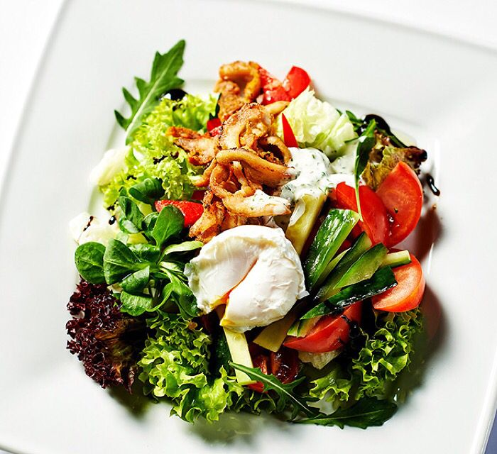 Nevíte, co k obědu? Zkuste salát z čerstvé zeleniny s praženými kuřecími nudličkami a zastřeným  vejce v restauraci ORO v Pytloun City Boutique Hotelu**** v Liberci. #pytloun #liberec #restaurant #food #salad #vegetable #chicken #egg #ororestaurant #timeforlunch #delicious