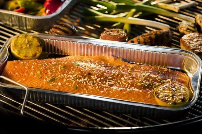 Laksefilet med hvitløk og urter servert med grillgrønnsaker. Laks - sunn grillmat.