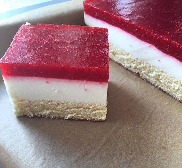 Die letzten Stücke noch für heute☀️ich freue mich schon drauf #lecker #kuchen #erdbeerkuchen #erdbeerschnitten #biskuit #joghurtschaum #erdbeerpüree #sommer #knuspersommer #erfrischung #yummy #foodie #delicious #summer #cake #strawbeerycake #cakes #pyszności #lato #ochłoda #ciasto #biszkopt #pianka #truskawkowy mus #ichliebefoodblogs #dasknusperstuebchen @dasknusperstuebchen @ich.liebe.foodblogs @_food_repost @_dolcivisioni_ @rezeptebuchcom