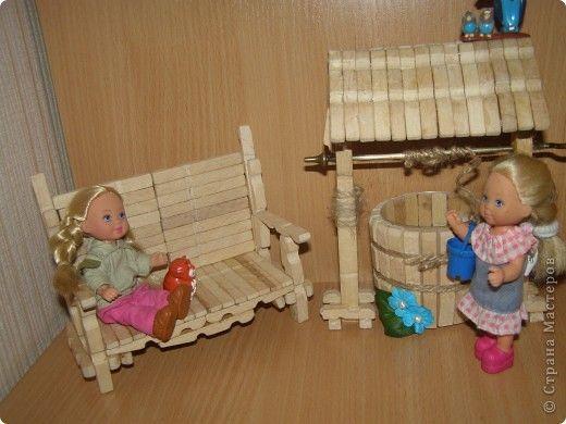 Поделка изделие День защиты детей Моделирование конструирование Колодец и садовая мебель для кукол из прищепок Клей Материал бросовый Прищепки фото 1