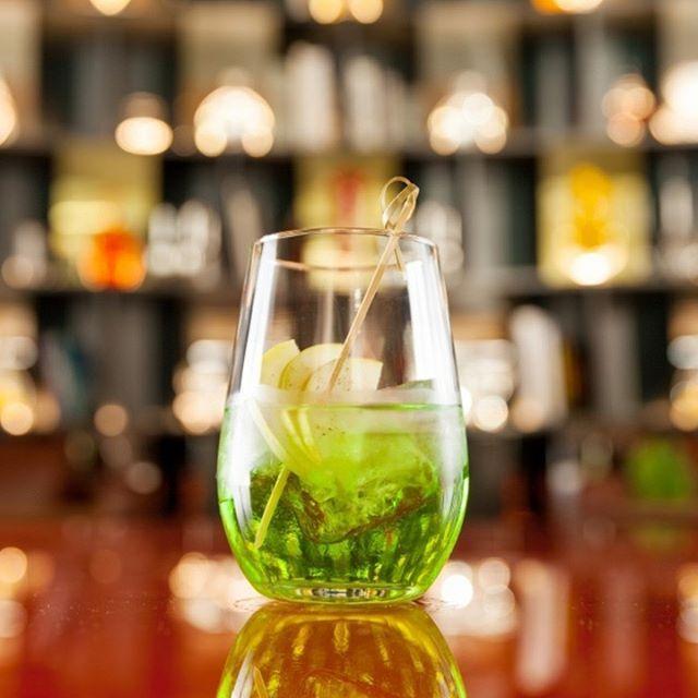 O jardim Recreo, coquetel do barman Marcelo Serrano (@marceloserrano1) à base de gim, maçã verde e espumante, é uma boa pedida para o Réveillon. Em revistamenu.com.br, aprenda essa e outras receitas para celebrar a chegada de 2017 (📷 divulgação/ Rubens Kato) #drinks #cocktails #newyear #suareceitanamenu