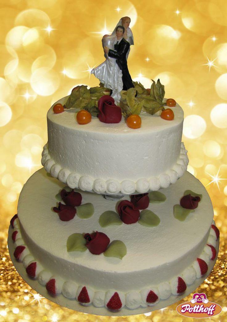 Hochzeitstorte 2-stöckig mit Sahne eingestrichen, handgefertigten Marzipanrosen und frischen Früchten