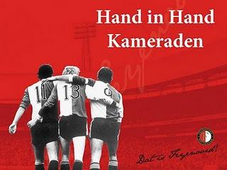 Hand in hand kameraden, hand in hand voor Feyenoord éen, geen woorden maar daden, leve Feyenoord éen!