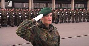 """Ein dekorierter Hauptmann d. R. klagt die Schande der Ursula von der Leyen in einem Brief an die Kanzlerin an – mutig, treffsicher und voller Stolz. Der Globalismus zersetzt alles Nationale wie eine Tumorzelle gesundes Gewebe. Ursula von der Leyens Aufgabe ist es, die Bundeswehr zu zerstören. Bunt und familiengerecht soll es zugehen – von Anleihen an Tradition und Kameradschaft """"gesäubert"""". Wie COMPACT berichtete, ist der Unmut über die CDU-Ministerin in den Reihen der Truppen riesig. Jetzt…"""