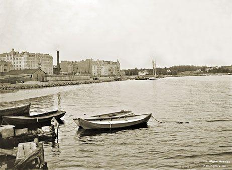 Merikatu kulkee talorivistön edessä. Taustalla oikealla näkyy Kaivopuistoa. Signe Brander 1912.