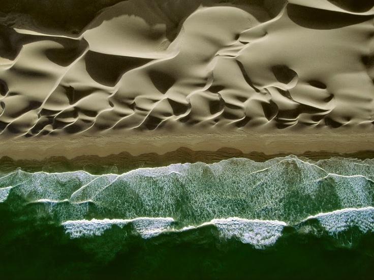 Сильные южные ветры формируют причудливые волнистые дюны на побережье Тихого океана в центральной части Перу. Смотрите фотографии знаменитых пустынь мира, сделанные с высоты птичьего полета