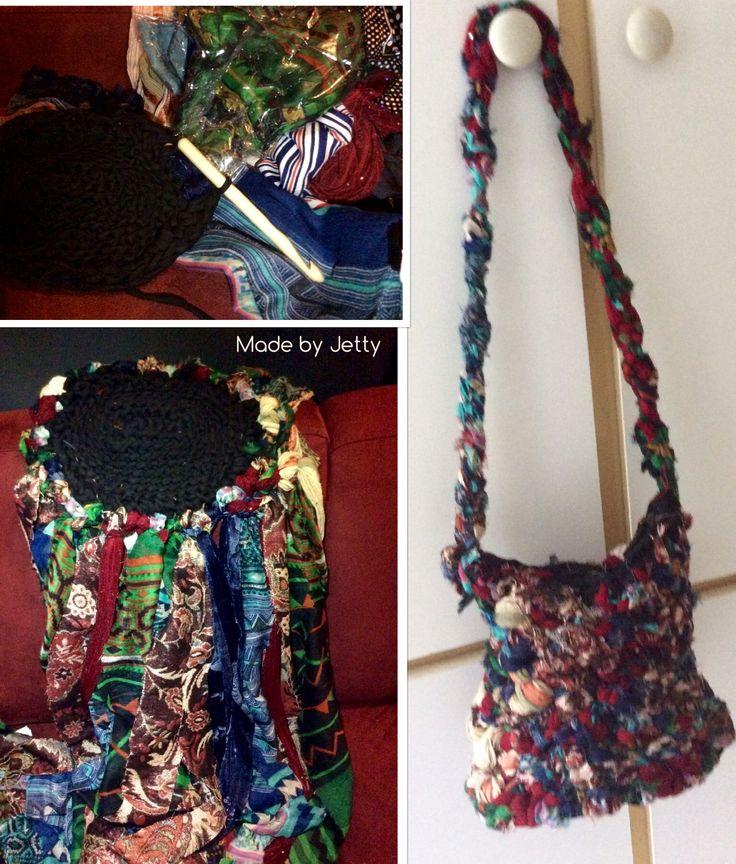 Bodem gehaakt van lintgaren en vervolgens shawltjes in repen geknipt en met macramé tasje gemaakt. Binnentas van een oude tas erin gemaakt.