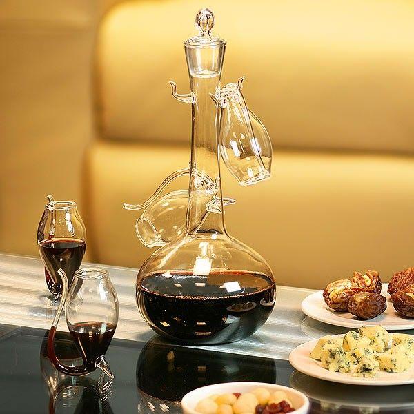 Υπάρχουν πολλοί τρόποι για να απολαύσεις ένα καλό ποτήρι κρασί. Ο καλύτερος είναι με φίλους, για αυτό προτείνουμε αυτό το σετ το οποίο αποτελείται από μία πανέμορφη καράφα από λεπτό γυαλί που πάνω κρέμονται τα ποτήρια του κρασιού, τέσσερα στον αριθμό.