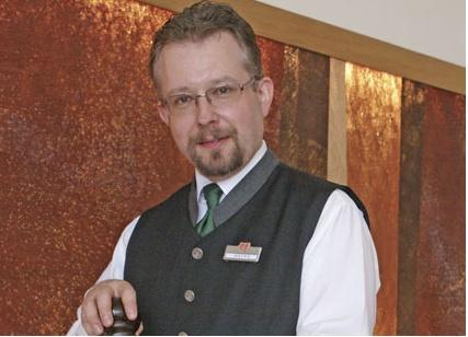 Heinz Vaterl. Chef de rang. Heinz hat im Servicebereich bereits viele Erfahrungen gesammelt und ist ein richtiger Vollprofi. Das Bier als Getränk hat es ihm angetan und so sammelt er die unterschiedlichsten Biersorten, die es gibt.